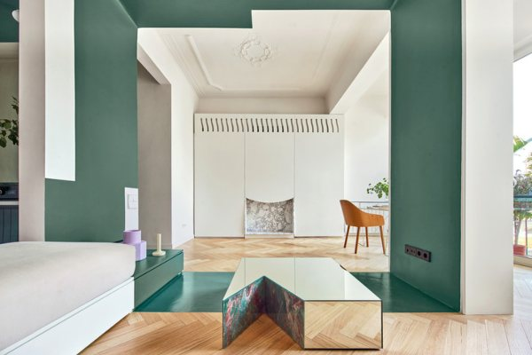 Apartment with a green partition in Barcelona